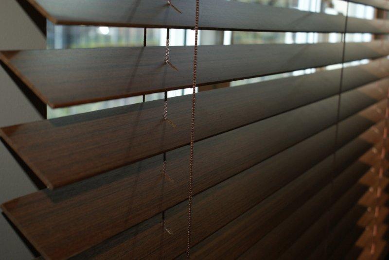żaluzje Drewniane I Bambusowe We Wnęce Okiennej Do łazienki